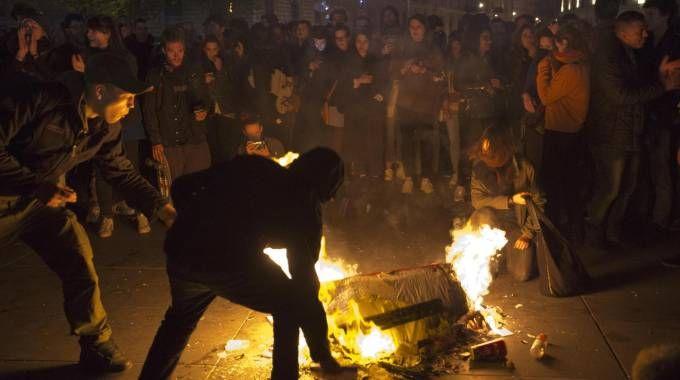 Scontri e proteste a Parigi dopo i risultati del ballottaggio (Ansa)