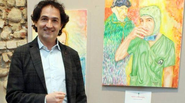 Samer Kassem davanti all'autoritratto