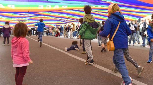 Alcuni bambini festeggiano il 25 aprile (foto di repertorio)