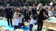 L'omaggio della moglie Anna e dei figli (foto Ansa)