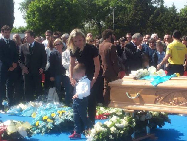 L'omaggio della moglie Anna e dei figli (foto Santini)