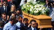La moglie di Michele Scarponi dietro il feretro (Foto Lapresse)