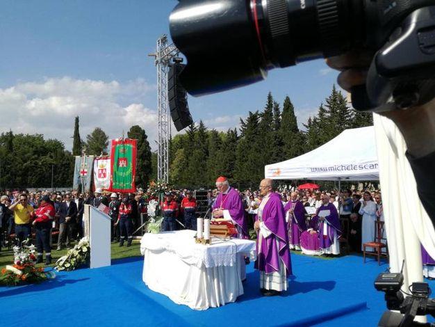 La cerimonia officiata al campo sportivo di Filottrano (foto Ansa)