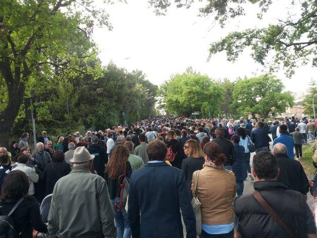 Tanta gente verso il cimitero (foto Santini)