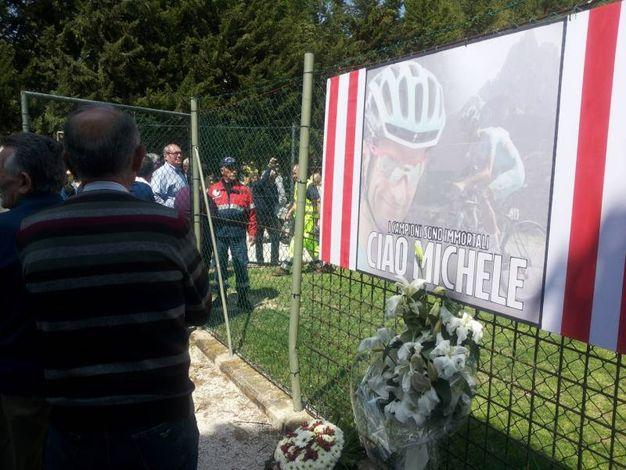 In fila per l'omaggio a Michele Scarponi, al campo sportivo di Filottrano (foto Santini)