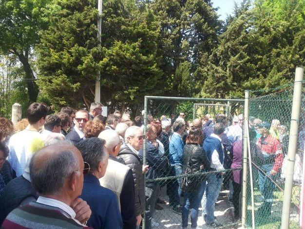 Tanta gente in fila all'apertura del campo sportibo (foto Santini)