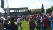 Folla al campo sportivo (foto Santini)