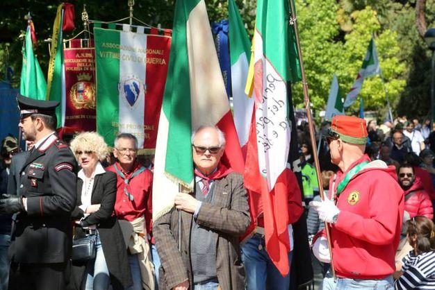 Bandiere per ricordare la Liberazione (foto Ravaglia)