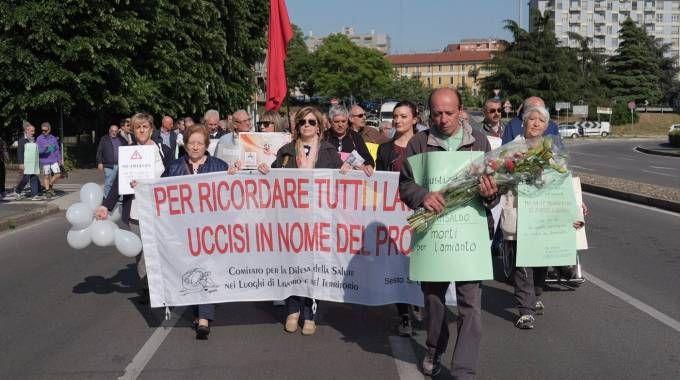 I manifestanti hanno sfilato dalla sede di via Magenta alla lapide di via Carducci