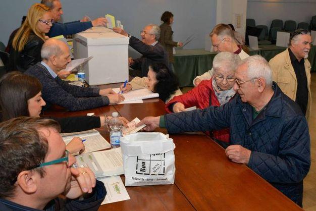 In alcuni seggi alle ore 11 avevano già utilizzato oltre l'80% delle schede disponibili (foto Donzelli)