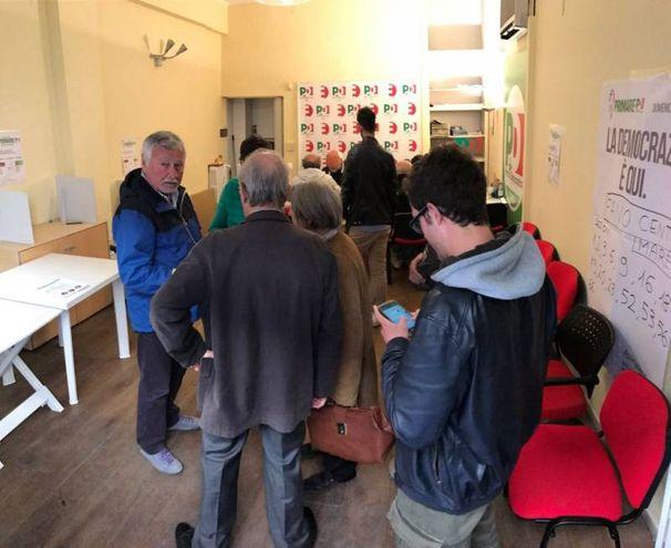 Gli elettori in fila alla sezione Centro di via Nolfi