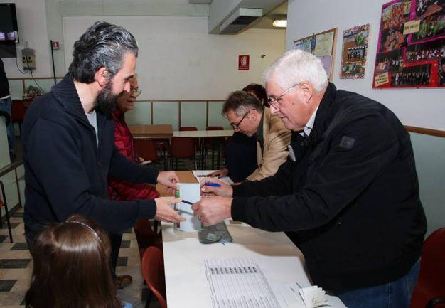 Primarie Pd, il segretario regionale Dario Parrini  vota al seggio della Casa del popolo di Sovigliana (Germogli)