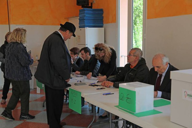 Le operazioni di voto ai seggi per le primarie Pd di Imola (foto Isolapress)