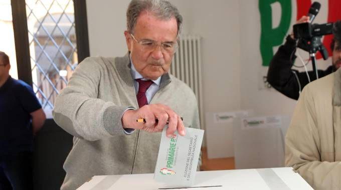 L'ex premier Romano Prodi al voto a Bologna (Ansa)