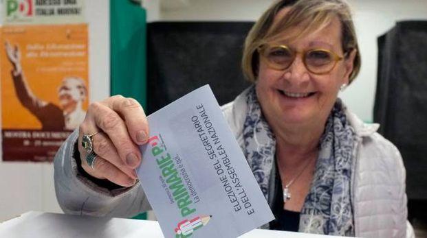 Elettrice al seggio di Macerata (foto Calavita)