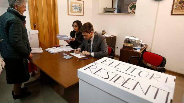 Il voto a Siena (Foto Dipietro)