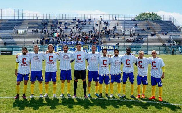 La formazione della Fermana con le magliette che celebrano la promozione (foto Zeppilli)