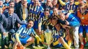 La squadra festeggia con la coppa (foto Zeppilli)