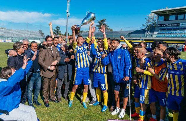 Ancora festeggiamenti per la vittoria del campionato assieme ai dirigenti (foto Zeppilli)