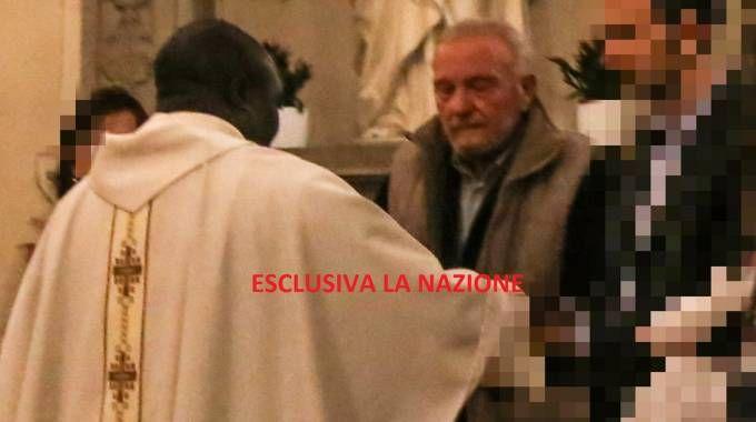 Fiesoli ritira le offerte durante la Messa (Foto Germogli)