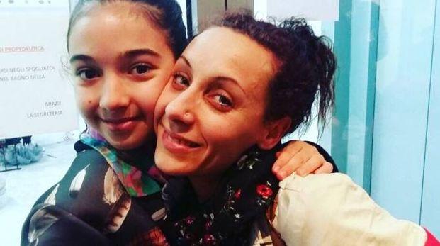 La piccola Sara con l'insegnante di danza del Centro nuoto Copparo
