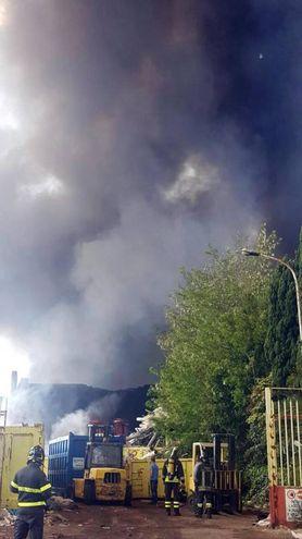 I vigili del fuoco al lavoro (Ansa)