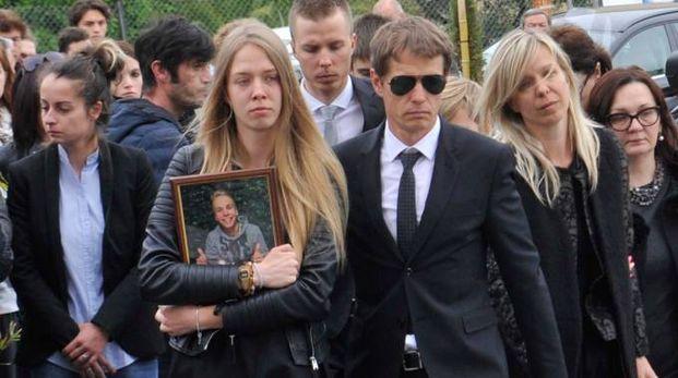 I familiari di Linas Rumsas, distrutti dal dolore (foto Alcide)