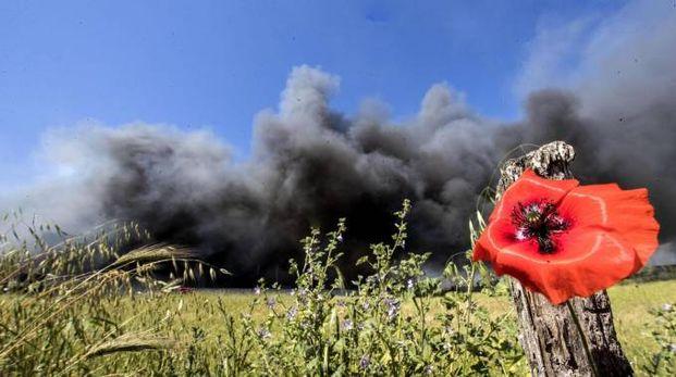 Pomezia, la nube di fumo nera dal deposito di rifiuti Eco X (Ansa)