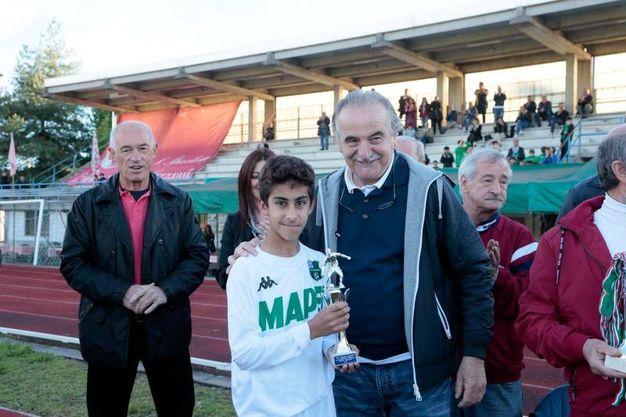 L'ex allenatore Emiliano Mondonico premia un giocatore del Sassuolo