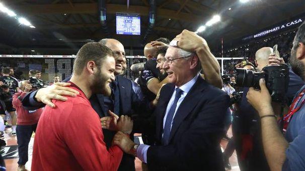 Albino Massaccesi (a destra) si gode la vittoria dello scudetto (foto Zani)
