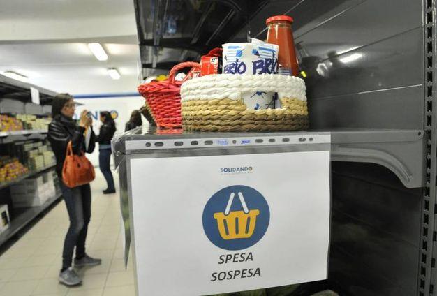 SoliDando è un emporio solidale in cui le famiglie in difficoltà economica possono fare la spesa scegliendo tra un paniere costante di 83 prodotti essenziali (Newpress)