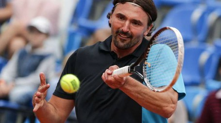 MOSCOW, RUSSIA. JUNE 12, 2014. CROATIA'S GORAN IVANISEVIC RETURNS A SHOT TO RUSSA'S YEVGENY KAFELNIKOV IN THEIR MATCH DURING TENNIS LEGENDS MOSCOW 2014 TOURNAMENT AT JUAN ANTONIO SAMARANCH NATIONAL TENNIS CENTRE. SERGEI