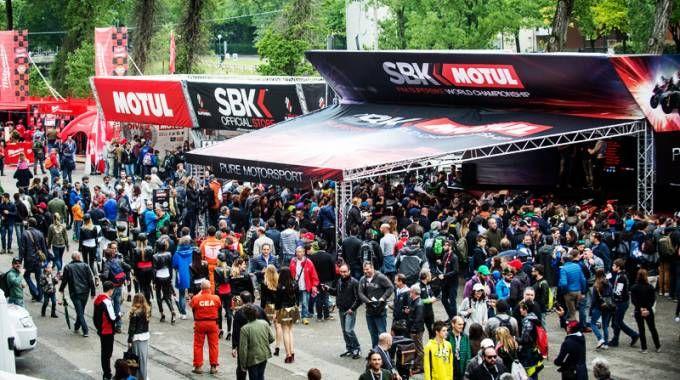 La folla nel paddock durante l'evento 2016