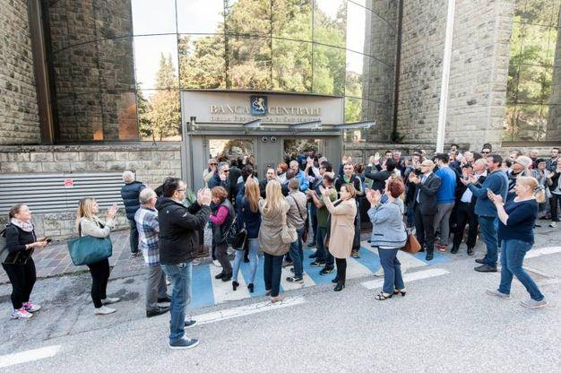 La protesta dei correntisti in via del Voltone (foto Pruccoli)