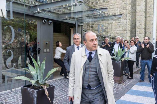 L'uscita di alcuni dipendenti di Banca Centrale sottolineata dagli applausi ironici dei manifestanti  (foto Pruccoli)