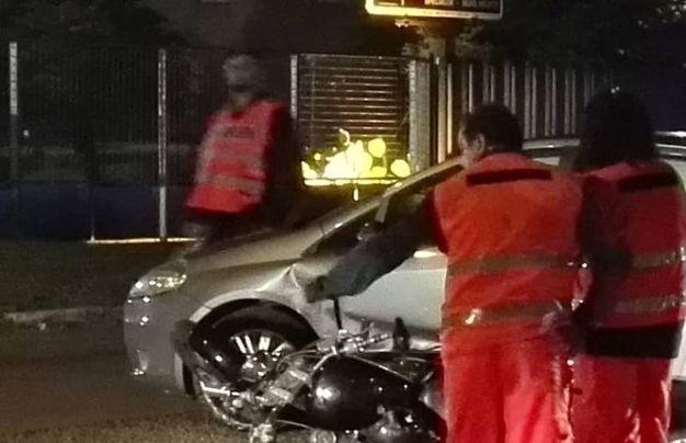 L'auto e la moto dopo lo scontro