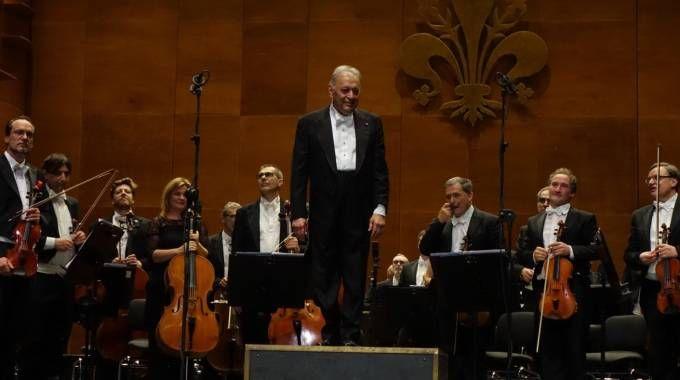 Il maestro Mehta saluta il pubblico dell'Opera di Firenze (foto Moggi/New Pressphoto)
