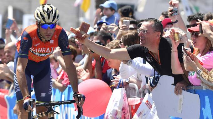 Giro d'Italia, Nibali salutato dalla folla durante l'ottava tappa (Lapresse)