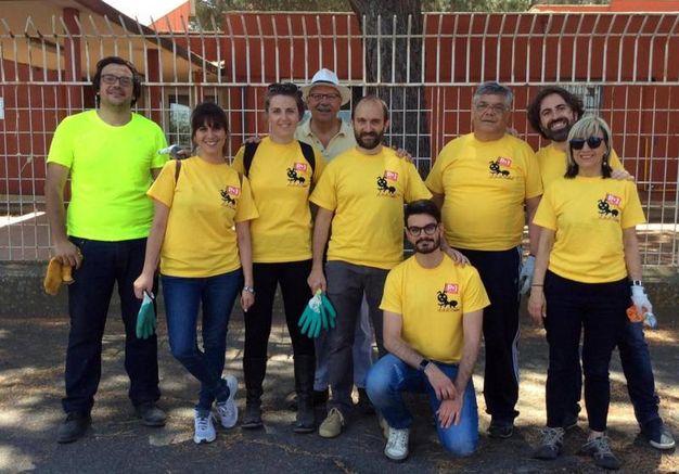 Matteo Orfini in maglietta gialla con un gruppo di volontari (Ansa)