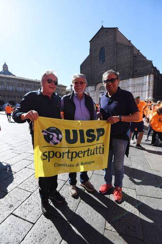 La bandiera della Uisp che da 38 anni organizza la StraBologna (fotoSchicchi)