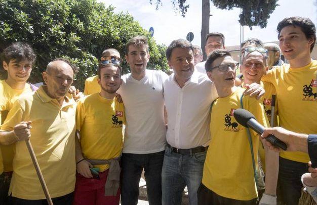 Matteo Renzi coi volontari Pd con la maglietta gialla