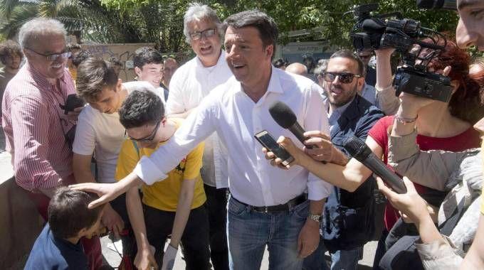 Renzi saluta le magliette gialle (Ansa)