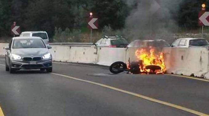 La moto a fuoco dopo l'incidente (Germogli)