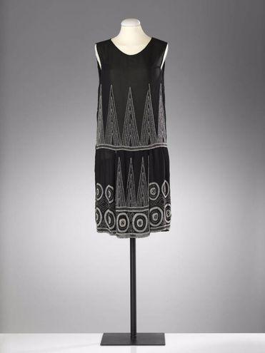 Sartoria parigina, Abito da sera, 1925 crespo, seta, ricamo ad ago, perle di vetro Prato, Museo del Tessuto, Mdt. inv. n. 14.05.01