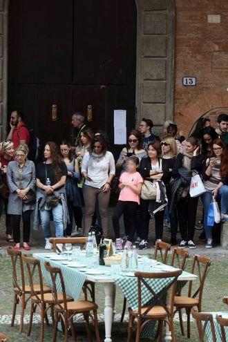 Tanti curiosi per la prova in esterna in piazza Santo Stefano (foto Schicchi)