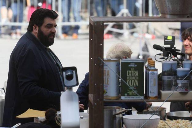 Lo chef Cannavacciulo durante le riprese (foto Schicchi)