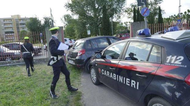 L'auto dei carabinieri e quella del fuggitivo (Attalmi)
