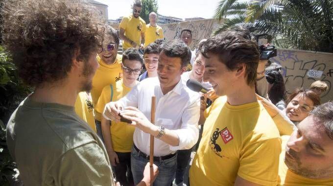 Matteo Renzi domenica scorsa con i volontari Pd a Roma (Ansa)