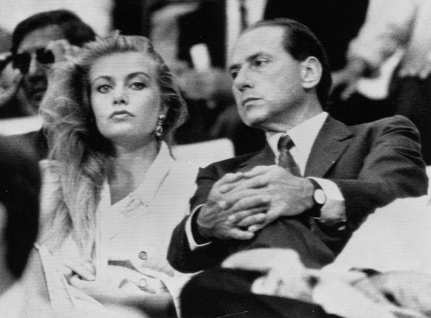 Silvio Berlusconi e Veronica Lario nel 1987 allo stadio durante una partita del Milan (Ansa)