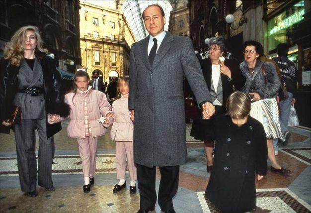 Silvio Berlusconi e Veronica Lario con i figli Luigi, Elonora e Barbara nel 1994 in centro a Milano (Olycom)